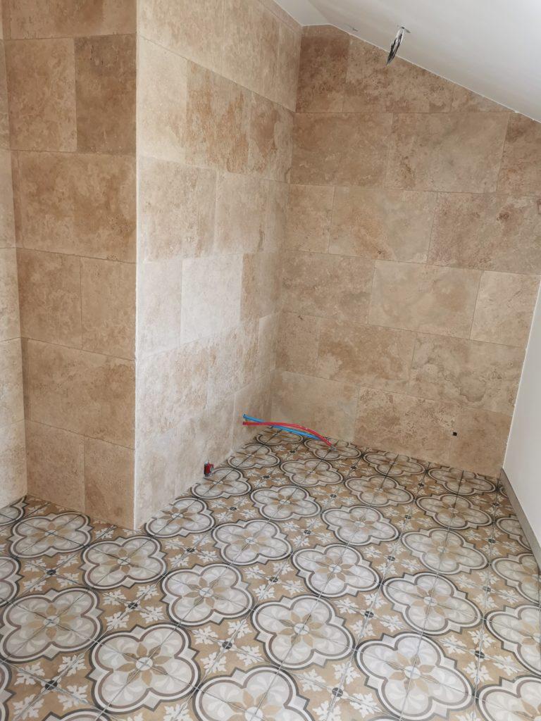 Carrelage des murs et du sol d'une pièce par Anthony Brangeon