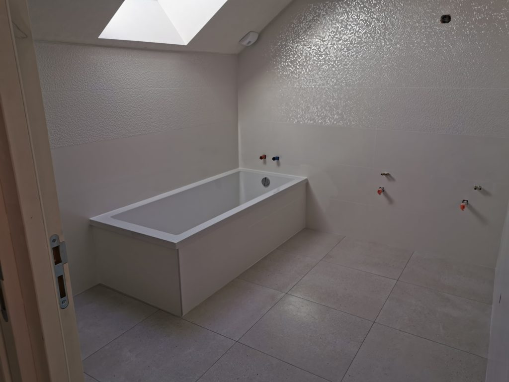 Création d'une baignoire avec habillage carrelage blanc par Anthony Brangeon à Saint-Christophe-la-Couperie